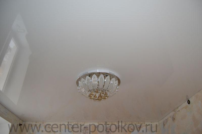 Фото белых глянцевых натяжных потолков